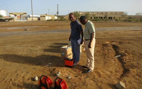 Two men surveying using the compact resistivity meter SAS 1000